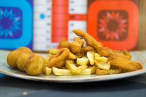 Pechuga de pollo crunch troceada con croquetas y patatas