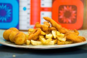 Pechuga de pollo crunch con croquetas y patatas caseras